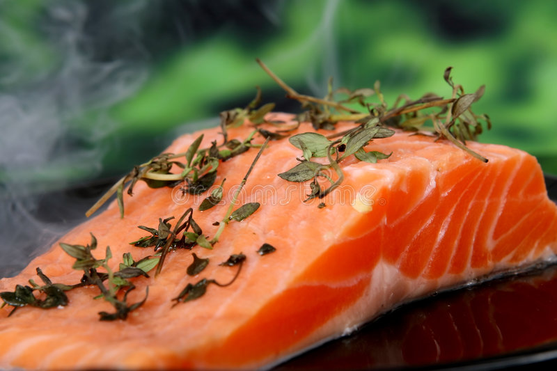 La nourriture d'été, rose a coloré le bifteck de poissons dans une marinade de vin images libres de droits