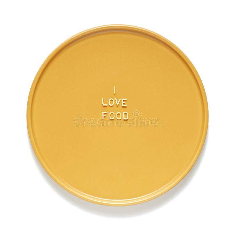 La nourriture d'amour a fait à partir des lettres de macaronis sur le plat jaune vue haute ?troite, d'isolement sur le fond blanc photographie stock libre de droits