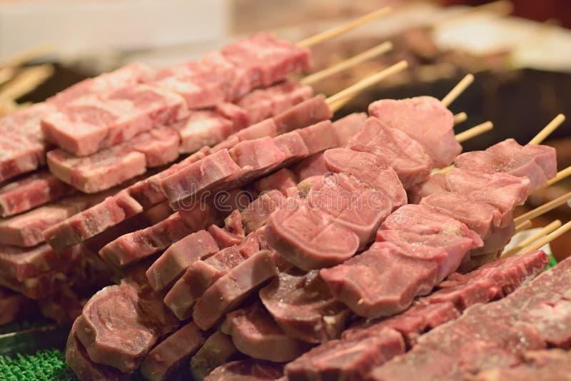 La nourriture de rue de Tokyo des saucisses d'agneau à la nourriture cale image libre de droits