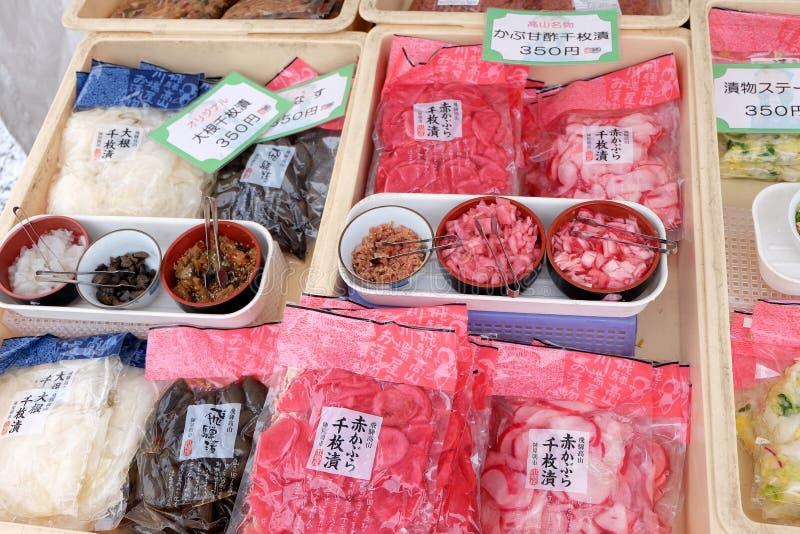 La nourriture et les conserves au vinaigre locales sont vendues au marché de matin de Takayama Jinya-mae, Takayama, Japon photographie stock