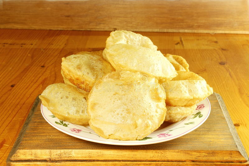 La nourriture indienne de Puri a fait frire le chapati de roti de farine de blé ou le pain plat image libre de droits