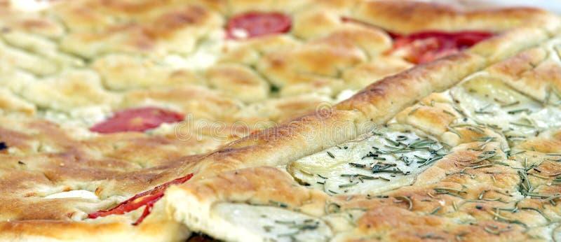La nourriture italienne cuite au four de pain a appelé Focaccia avec le romarin photo stock