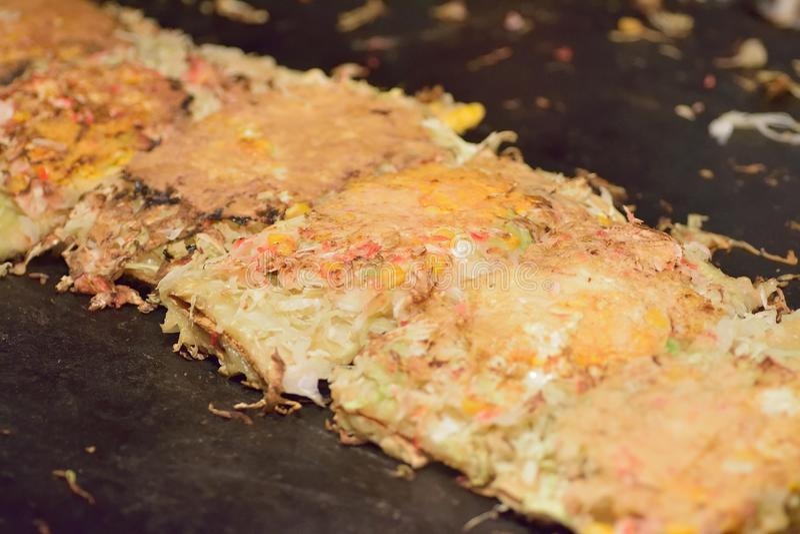 La nourriture japonaise célèbre de rue a appelé Okonomiyaki photo stock