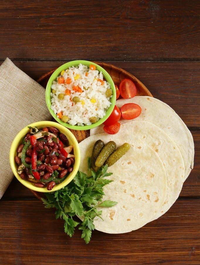 La nourriture mexicaine est tacos sur la tortilla de blé avec le poulet images stock