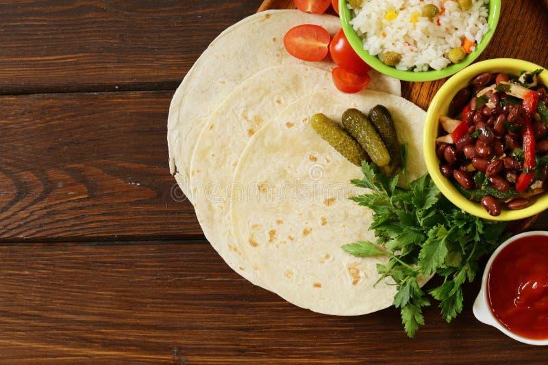 La nourriture mexicaine est tacos sur la tortilla de blé avec le poulet photo stock