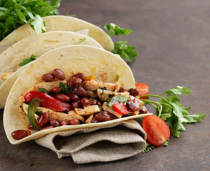 La nourriture mexicaine est tacos sur la tortilla de blé avec le poulet image stock