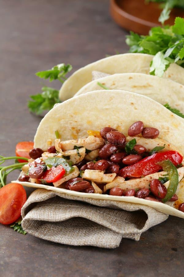 La nourriture mexicaine est tacos sur la tortilla de blé avec le poulet image libre de droits