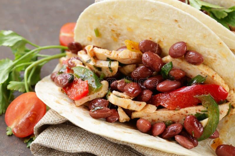 La nourriture mexicaine est tacos sur la tortilla de blé avec le poulet photos stock