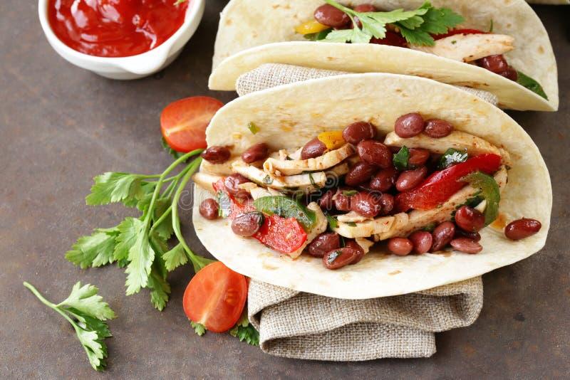 La nourriture mexicaine est tacos sur la tortilla de blé avec le poulet photos libres de droits