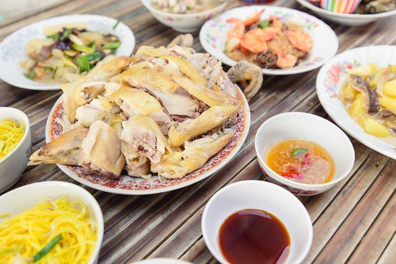 La nourriture pour font des offres aux spiritueux pendant la nouvelle année chinoise photographie stock libre de droits