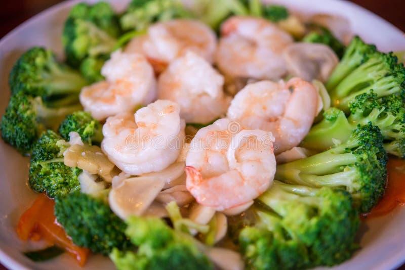 La nourriture saine thaïlandaise a fait sauter à feu vif le brocoli, la carotte et la crevette image libre de droits