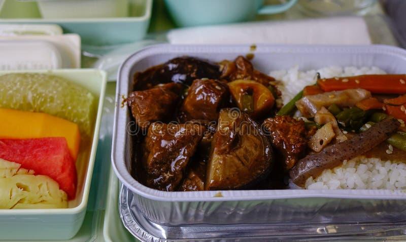 La nourriture a servi à bord de la classe touriste images libres de droits