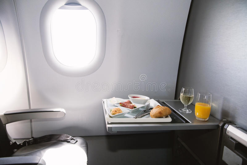 La nourriture a servi à bord de l'avion de classe d'affaires sur la table images stock