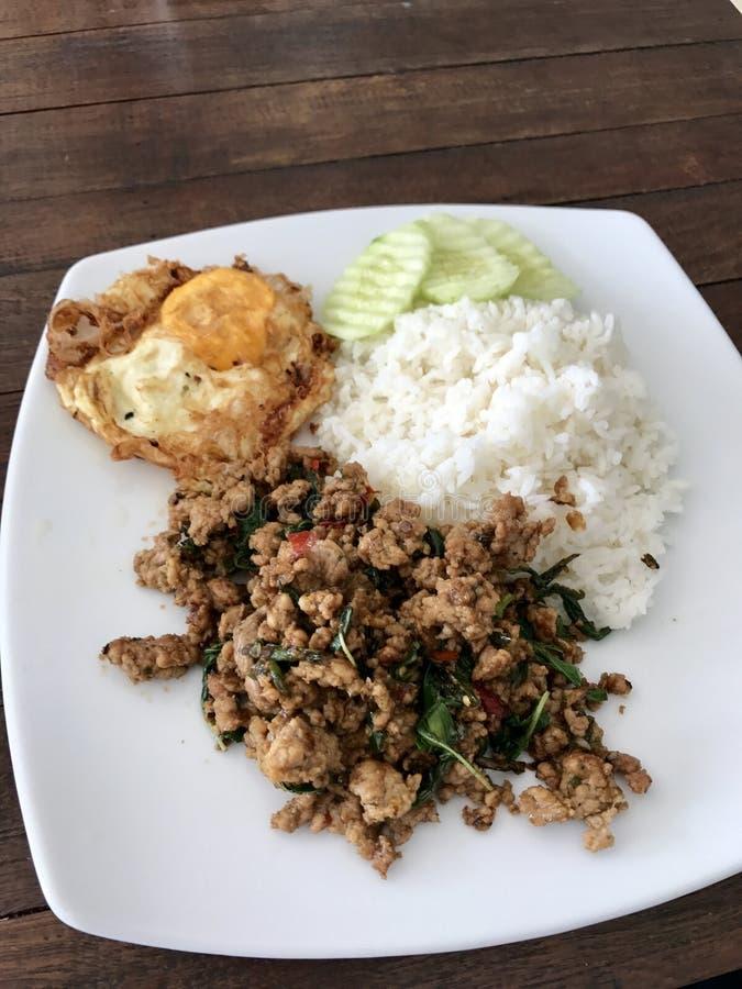 La nourriture thaïlandaise a fait frire le basilic d'émoi avec du porc haché photographie stock libre de droits