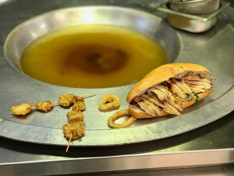 La nourriture turque de rue Fried Crispy Mussels/Midye Tava et poisson panent/Balik Ekmek photographie stock