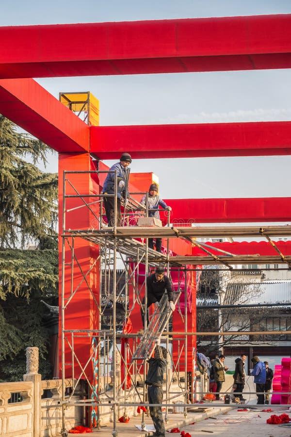 La nouvelle année chinoise arrange des travailleurs pour l'exposition de lanterne photos stock