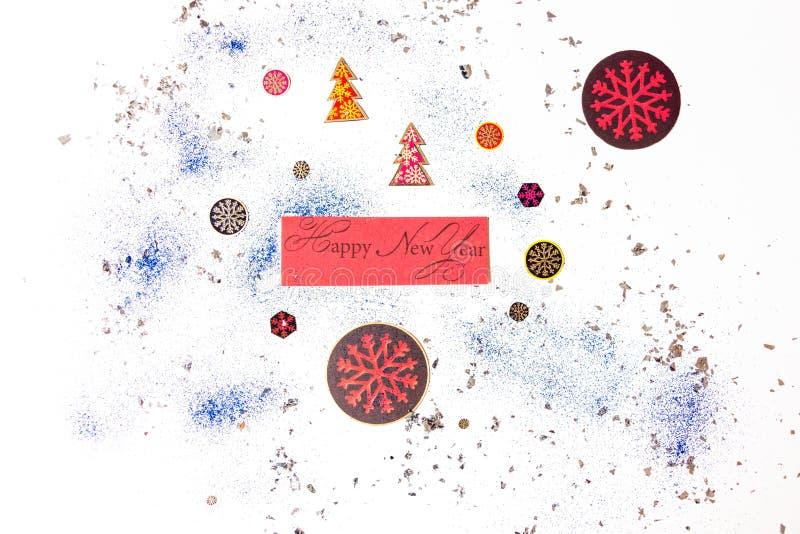 La nouvelle année d'inscription sur un fond blanc est entourée par de fête, attributs d'hiver Admirablement présenté sur un backg photos stock