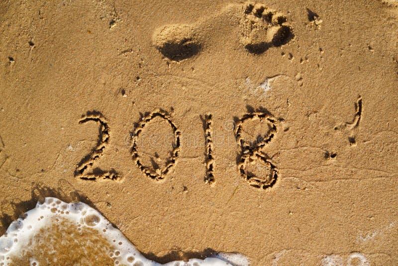 La nouvelle année est prochain concept - 2018 écrit sur une plage poncent avec W photo libre de droits
