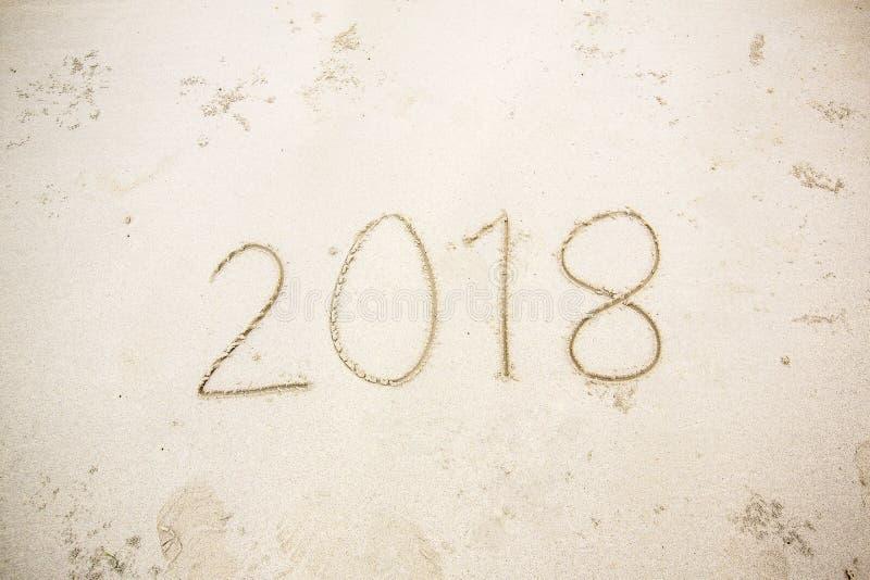 La nouvelle année 2018 est prochain concept ondulez venir au concept 2018 sur la plage de sable pendant le matin Texte 2018 sur u image stock