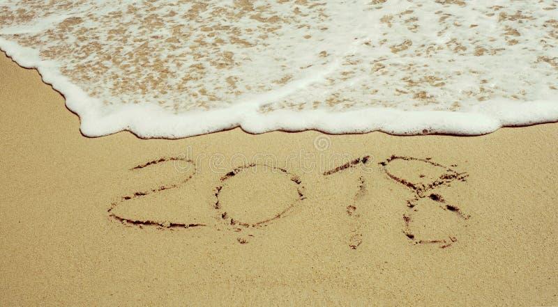 La nouvelle année est prochaine vague de concept sur la plage de sable pendant le matin photographie stock libre de droits