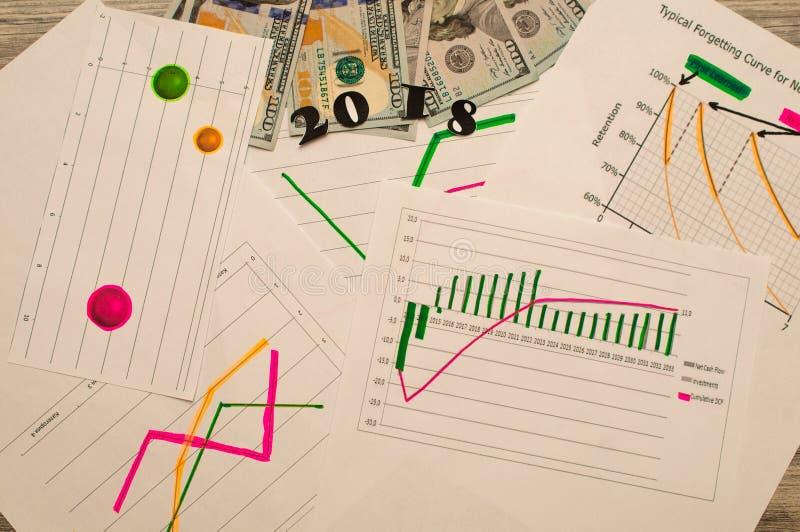 La nouvelle année prévoit le concept 2018 buts énumèrent sur le bloc-notes avec l'argent sur le fond photos stock