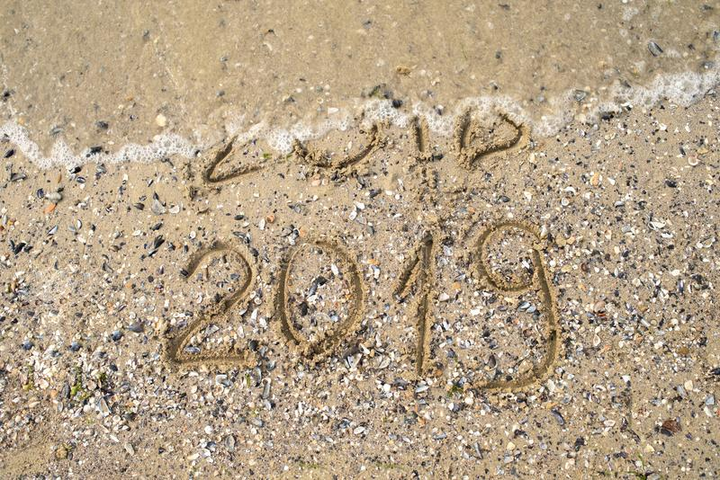 La nouvelle année 2019 remplacent 2018 sur le concept de plage de mer, copient l'espace Vague commençant à couvrir les chiffres 2 image libre de droits