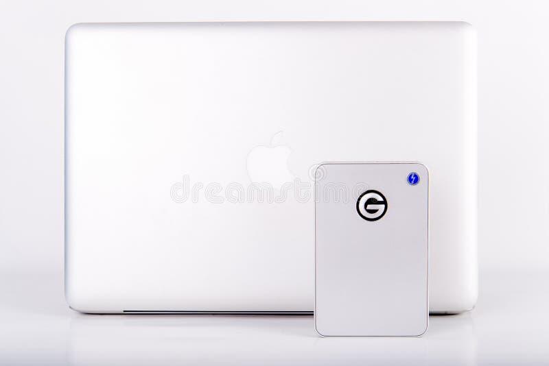 La nouvelle commande mobile de coup de foudre pour le Mac avec Macbook pro image stock
