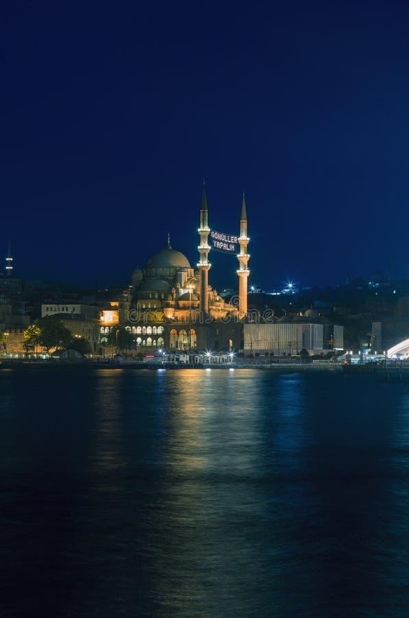 La nouvelle mosquée la nuit pendant le Ramadan images libres de droits