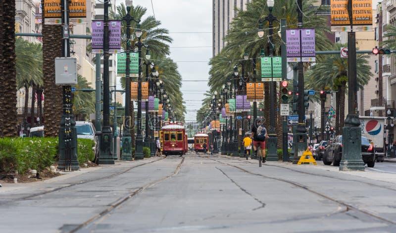 LA NOUVELLE-ORLÉANS - LA LOUISIANE, LE 11 AVRIL 2016 : Paysage urbain de la Nouvelle-Orléans avec le tram et les personnes Les bi photographie stock