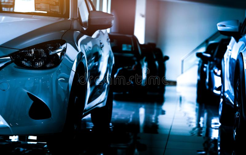 La nouvelle voiture compacte de luxe s'est garée dans la salle d'exposition moderne à vendre Bureau de concessionnaire automobile photographie stock