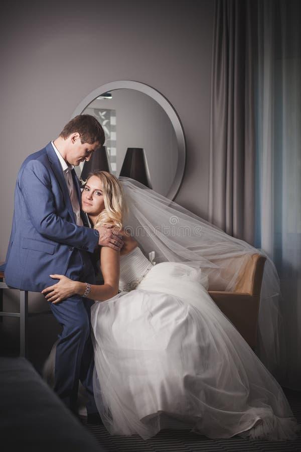 La novia abraza al novio imágenes de archivo libres de regalías