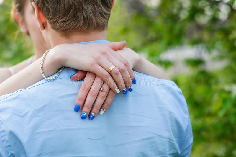 La novia abraza la vista posterior del cuello del novio imagenes de archivo
