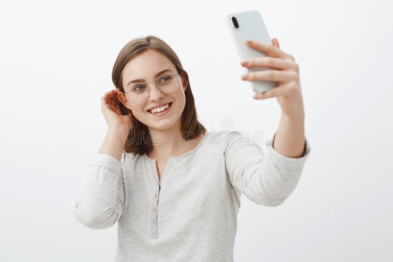 La novia apacible linda que hace el selfie para enviar encendido fechar amor verdadero que espera del app para viene chasqueando  foto de archivo libre de regalías
