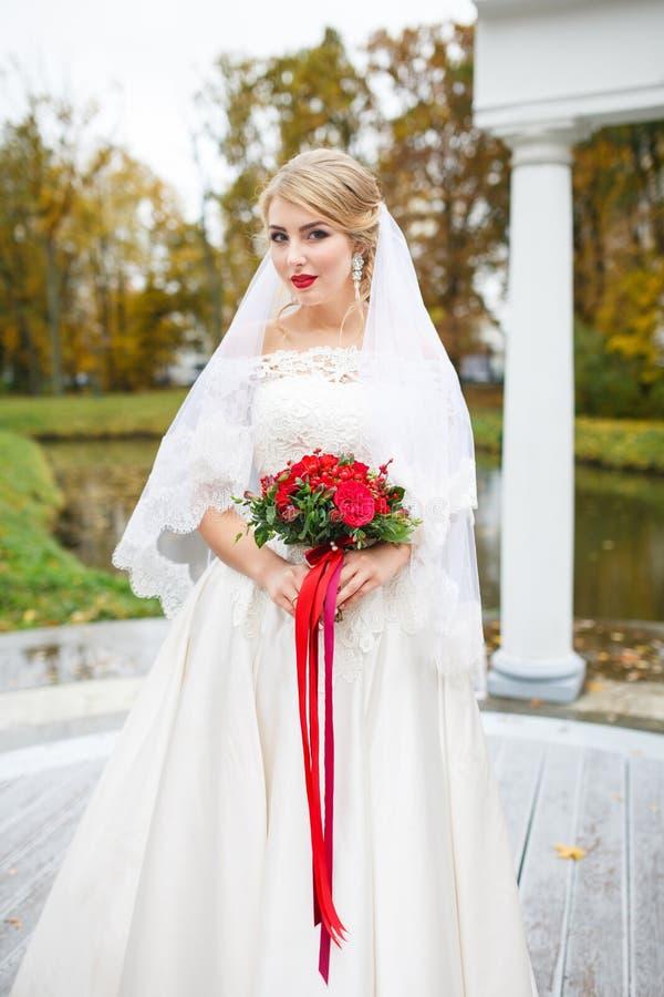 La novia con un ramo foto de archivo
