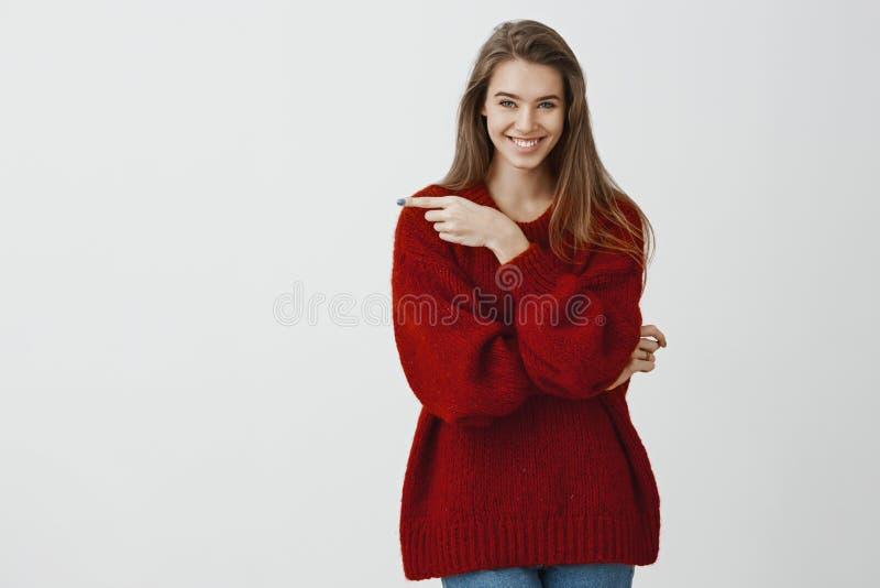 La novia creativa atractiva tiene idea interesante Mujer romántica acertada contenta en el suéter flojo de moda, señalando imagen de archivo libre de regalías
