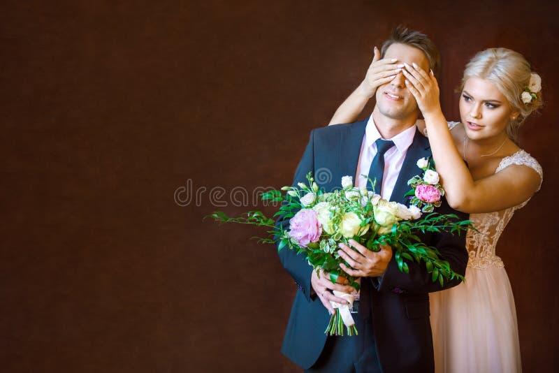 La novia cubrió las manos que el ` s del novio observa foto de archivo libre de regalías