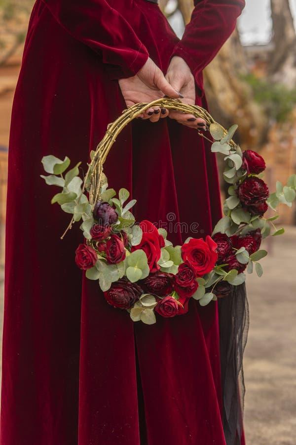 La novia de una muchacha gótica en un vestido rojo del brocado es controles adentro él fotos de archivo libres de regalías