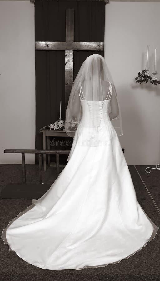 La novia en altera con la cruz fotos de archivo