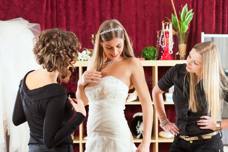 La novia en la ropa hace compras para las alineadas de boda fotografía de archivo libre de regalías