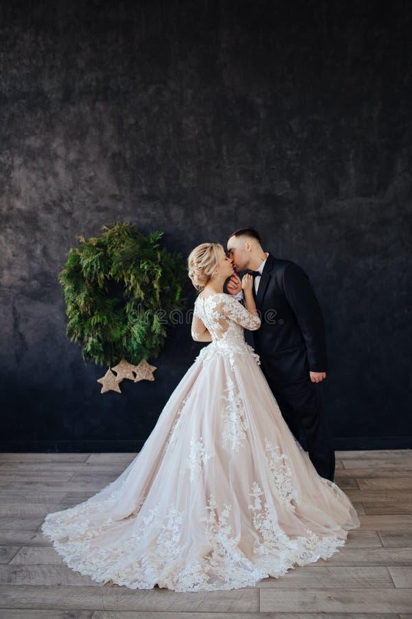 La novia en un vestido magn?fico, blanco, que se casa con un tren largo fotografía de archivo