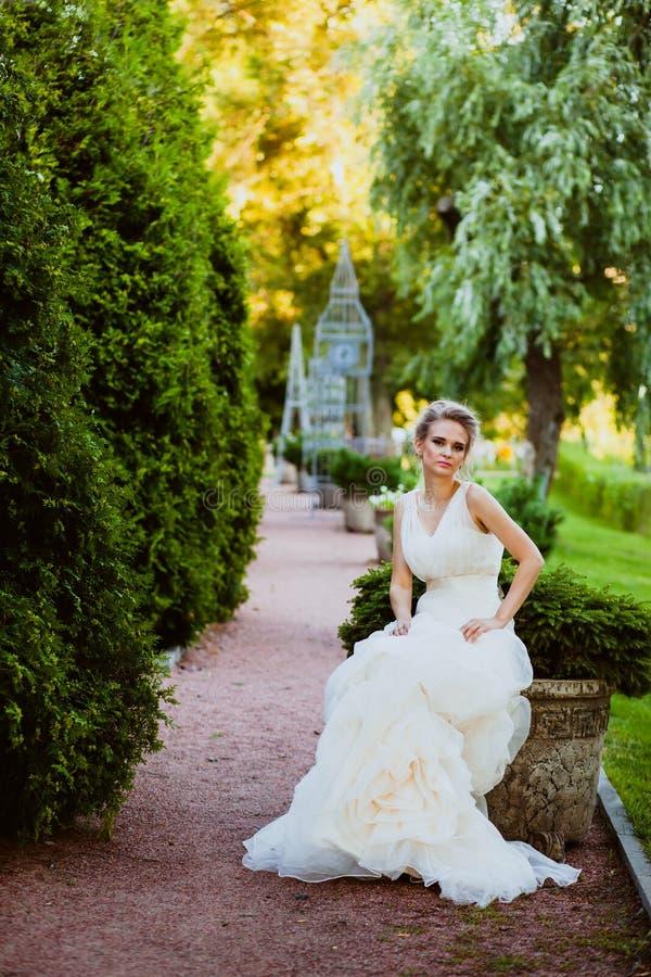 La novia está en un jardín fotos de archivo libres de regalías