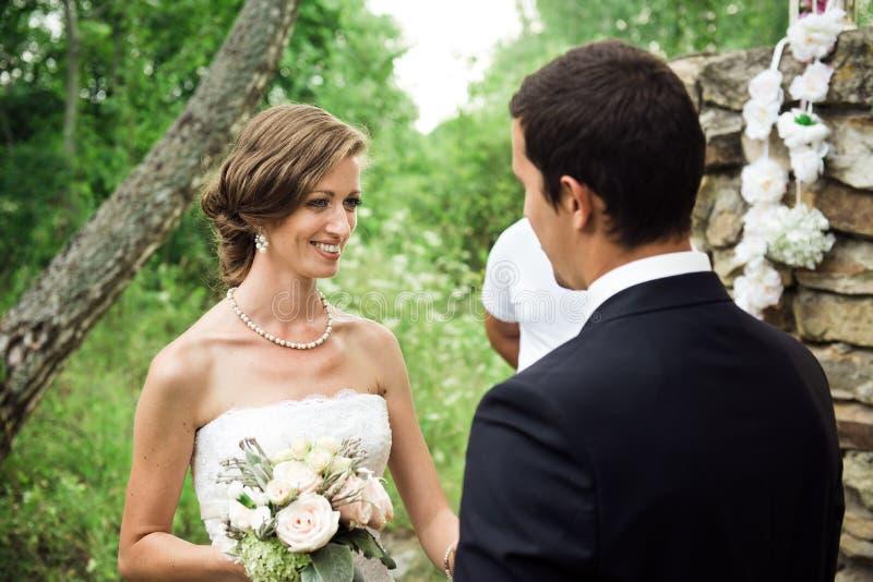 La novia extremadamente feliz está diciendo sí a su ` s del hombre imagenes de archivo