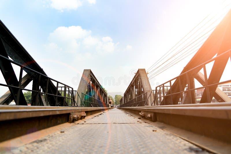 La novia ferroviaria de la muerte, histórica de la Segunda Guerra Mundial, a través del río Kwai en el día soleado, Kanchanaburi, foto de archivo libre de regalías