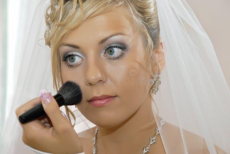 La novia hace un maquillaje imágenes de archivo libres de regalías