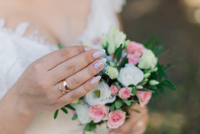 La novia hermosa misma está sosteniendo un ramo fotografía de archivo