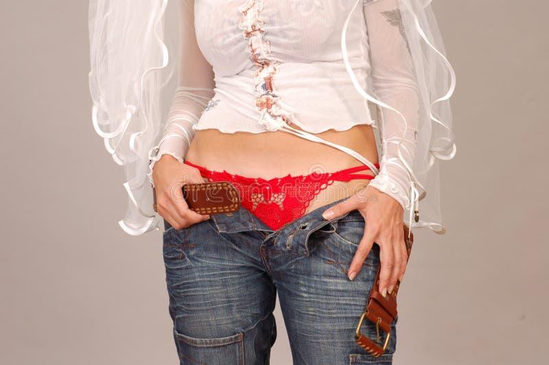 La novia informal desabrocha los pantalones vaqueros imagenes de archivo