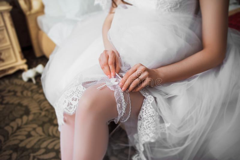 La novia lleva una liga foto de archivo
