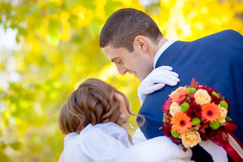 La novia mira al novio foto de archivo libre de regalías