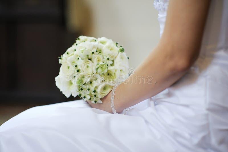 La novia que lleva a cabo la boda hermosa florece el ramo foto de archivo libre de regalías