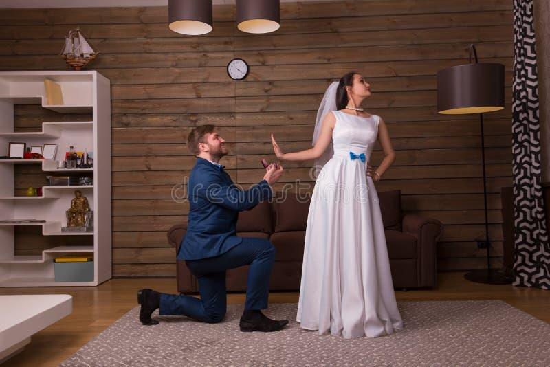 La novia rechaza la propuesta de matrimonio del novio foto de archivo
